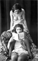 Nu - Carte Photo - 2 Femmes Seins Nus Et Dessous Légers - Livre - Thème Nue Nude érotique érotisme - Desnudos Adultos (< 1960)