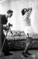 Nu - Carte Photo - Femme Seins Nus Et Homme Photographe - Thème Nue Nude érotique érotisme Appareil Photo - Desnudos Adultos (< 1960)