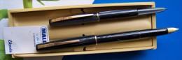 2 STYLOS ENCRE & BILLE MALLAT EDACOTO N°14 AGRAFES & PLUME DOREES BELLE PRESENTATION BOITE PLASTIQUE FERMETURE PAPETERIE - Stylos