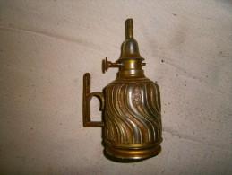 ANCIENNE PETITE LAMPE A PETROLE STYLE PIGEON CISELE - Luminaires