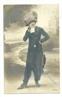 Dame En Tenue De Ville Avec Chapeau - Mode