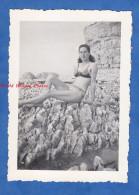 Photo Ancienne - Jeune Fille En Maillot De Bain Sur Les Rochers - Pin Up Sexy Girl Woman Demi Nude Beach - Pin-Ups
