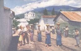 MUJERES GUATEMALTECAS ACARREANDO AGUA PARA SUS CASAS EN JARRAS DE BARRO QUE LLEVAN EN SUS CABEZAS PAN AMERICAN WORLD AI - Guatemala