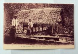 Carte Postale Ancienne : ILES MARQUISES : HIVA-OA : Case Indigène Et Tambours Marquisiens, Animé - Polynésie Française