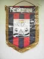 CROTONE  CALCIO  GAGLIARDETTO  PENNANT   STENDARDO DIMENSIONI  35 X 25   Cm CIRCA  FOOTBALL SOCCER - Habillement, Souvenirs & Autres