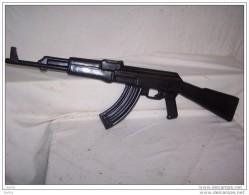 AKM  D´INSTRUCTION   POLONAISE En Caoutchouc Semi Dur ! Armé De Métal - Armas De Colección