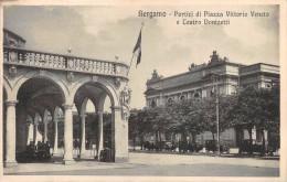 """01817 """"BERGAMO - PORTICI DI PIAZZA V. VENETO E TEATRO DONIZETTI """" ANIMATA, AUTO ´30/40. CART. ORIG.  SPED. 1926 - Bergamo"""