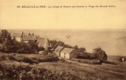 VILLAGE DE SAUZON (??? ) QUI DOMINE LA PLAGE DES SABLES BLANCS (?) - Belle Ile En Mer