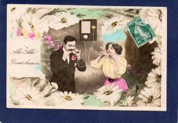 TÉLÉPHONE ET TÉLÉGRAPHE- COUPLE AU TELEPHONE- ALLO-ALLO  DOUX BAISERS- FLEURS ROSES CPA 1915'(M) - Couples