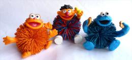 SESAME STREET - JIM HENSON 3 Figurines DIVERSES MACARON OSCAR ET ERNIE FIGURINE MUPPETS INC Figurine - Autres