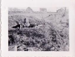 PHOTO ORIGINALE 39 / 45 WW2 WEHRMACHT FRANCE SOLDAT ALLEMAND DANS UN TROU D HOMME AVEC MITRAILLEUSE MG.42 COMBAT - Guerre, Militaire