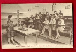 MNO-20  Ecole Primaire De Saint-Amand Monrond. Salle De Sciences. Maitresse Et Jeunes Filles. Non Circulé. ANIME. - Saint-Amand-Montrond
