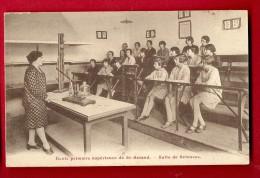 MNO-20  Ecole Primaire De Saint-Amand. Salle De Sciences. Maîtresse Et Jeunes Filles. Instruments. Non Circulé. ANIME. - Saint-Amand-Montrond