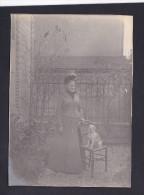 Photo Ancienne Portrait Femme En Exterieur  Avec  Chien Sur Une  Chaise - Foto's