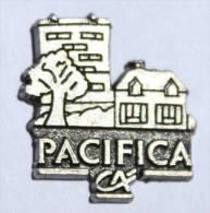 Pin's Relief Argenté PACIFICA - Assurances Du Crédit Agricole - Immeuble En Relief - E174 - Banques