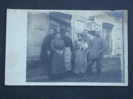 Ref4442 CO Carte Photo D'une Famille Posant Devant Une Maison - Brigadier Boury 17e RI La Fère - Personen