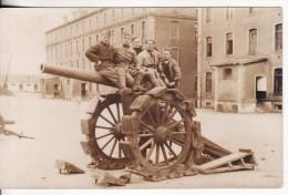 Carte Postale Photo Militaire Français CANON En Position Cour De Caserne Avec Groupe SOLDAT A SITUER A LOCALISER- ?? - Caserme