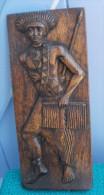 GUERRIER, Panneau Sculpté En Bois Signé B. DACIUS à GIGETA Au BURUNDI 15x35 - Art Africain