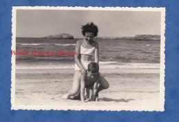Photo Ancienne - Jeune Fille Joue Avec Son Petit Frère Sur La Plage - Acrobatie Boy Girl Enfant Garçon Maillot De Bain - Fotos