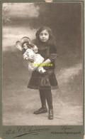 CDV CARTE DE VISITE PHOTO FILLE AVEC POUPEE DE BISQUE PHOTO AMERICAINE LYON GIRL WITH DOLL - Personnes Anonymes