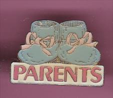 45503-Pin's .magazine Parents.presse.medias.chaussons Bébé. - Médias
