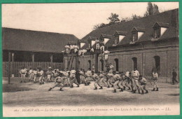 262 - BEAUVAIS - LA CASERNE WATRIN - LA COUR DU GYMNASE - UNE LECON DE BOXE ET LE PORTIQUE - Beauvais
