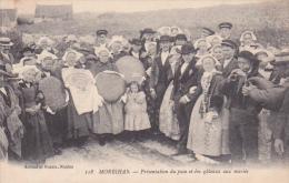 Cpa Morbihan - Présentation Du Pain Et Des Gâteaux Aux Jeunes Mariés - France