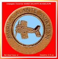 PIN´S AVIATION : GUADELOUPE, MARIE GALANTE AVIATION En Bel émail Base Or Diamètre 2,5 Cm - Vliegtuigen