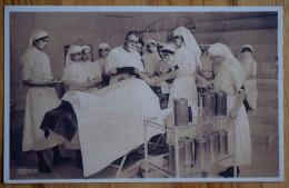Carte Représentant Un Médecin Ou Chirurgien Avec Infirmières - Salle D'opération, De Soins Ou Amphithéâtre ?? - (n°4300) - Mestieri