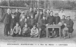 Cpa 27 Louviers, Restaurant Jeanne D'Arc, Hommes Qui Jouent Aux Cartes Et Enfants Avec Ballon De Foot, Pas Courante - Louviers