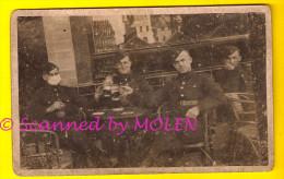 CARTE PHOTO MILITAIRE = LES AMIS AUX ESTAMINET FOTOKAART VRIENDEN OP CAFÉ DRINKEN BIER BIÈRE Beer Brasserie Birra 891 - Militaria