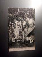Carte Postale Ancienne : ILES MARQUISES : Eglise D' Atuana, Animé, Prêtres - Polynésie Française