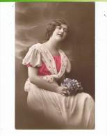 CPA-1916-FEMME-PORTRAIT-UNE JOLIE FEMME ASSISE AVEC UN BOUQUET DE FLEURS BLEUES- - Femmes