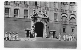 (RECTO / VERSO) MONACO - LE PALAIS - LA PORTE D' HONNEUR AVEC GARDES - FORMAT CPA - BEAU TIMBRE AVEC FLAMME DE MONACO - Palacio Del Príncipe