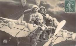 Enfants - Couple D'enfants Sur Un Avion Factice - Bambini