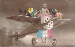 Enfants - Bébé Sur Un Avion Factice, Bonne Année - Kinder