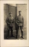 Photo Cp Zwei Deutsche Soldaten In Uniformen, Gewehre, Gürteltaschen, Taschenlampe, I. WK - Militaria