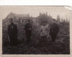 Photo Avril 1918 LACHALADE (près Clermont-en-Argonne) - L'abbé, 2 Lieutenants Aviateur Devant L´abbaye (A110, Ww1, Wk 1) - Non Classés
