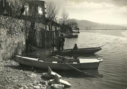 LAGHETTO PREALPINO  Forse Laghi Di Revine  Treviso  Barche  Pescatore Con Bambina Sistema Le Sue Reti - Treviso