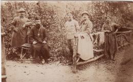 Photo Avril 1918 LACHALADE (près Clermont-en-Argonne) - Soldats Autour De L'abbé (A110, Ww1, Wk 1) - Non Classés