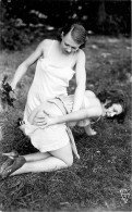 Nu - Carte Photo - 2 Femmes Seins Nus - Fouettée Avec Des Feuilles - Cul Nu - Thème Nue Nude érotique érotisme - Desnudos Adultos (< 1960)