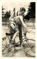 Nu - Serie De 5 Cartes Photos - La Leçon De Vélo Bicyclette - Homme Femme Dessous Léger - Nude Nue érotisme érotique - Desnudos Adultos (< 1960)
