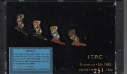 """RARE: Boitier Présentoir Avec 4 Pin´s """" Playmates"""" En Tirage Limité émis à L´occasion De Foire Expo De Paris En 1992. - Pin-ups"""