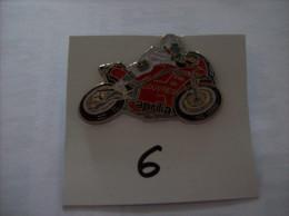 PIN´S - MOTO APRILLA - Ville De Louvres - Michelin        -   Voir Photo ( 6 ) - Motorfietsen
