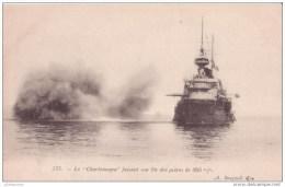 83 BATEAU MILITAIRE DE GUERRE LE CHARLEMAGNE FAISANT SON TIR  CPA BON ETAT - Guerre