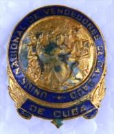 PIN-21 CUBA HISTORICAL PIN VENDEDORES DE CALZADO. - Badges
