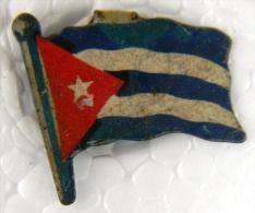 PIN-25  CUBA HISTORICAL  PIN  BANDERA. FLAG. HOJALATA - Badges