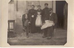 Carte Photo Originale De Famille Pendant Une Permission De La Guerre 1914-1918. Visages Graves - 1 Soldat Français - Célébrités