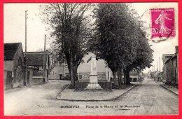 45 DORDIVES - Place De A Mairie Et Le Monument - Dordives