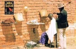 MADAGASCAR . Coiffeur Au Grand Air . - Madagascar
